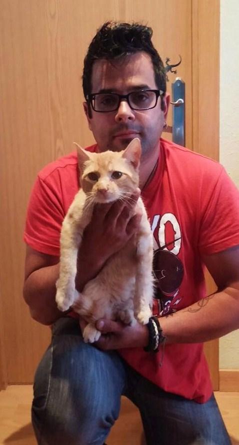 KAOS con su adoptante Isra en su nuevo hogar